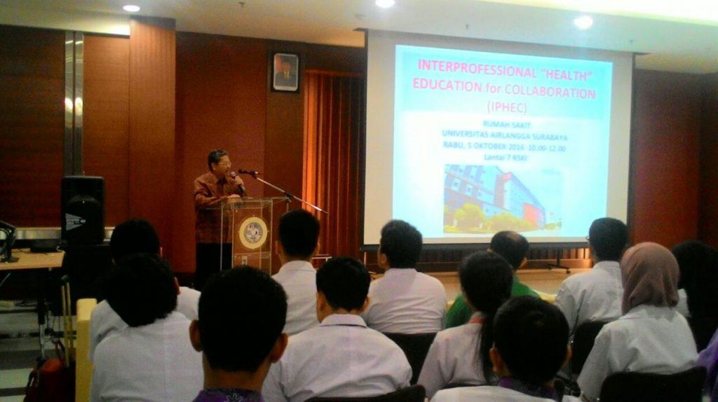 Prof. Dr. Nasronudin, dr., SpPD., K-PTI, FINASIM selaku Direktur RS UNAIR memberikan sambutan dan pembukaan pelaksanaan IPHEC di RS UNAIR.