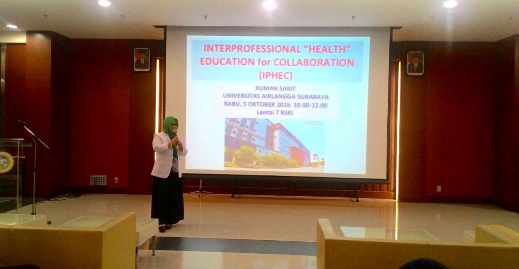 Dr. Afif Nurul Hidayati, dr., SpKK.,FINSDV selaku Manager Pendidikan dan Pelatihan memberikan pemaparan tentang Interprofessional Health Education for Collaboration kepada mahasiswa dari berbagai profesi yang sedang pembelajaran klinik di RS UNAIR.