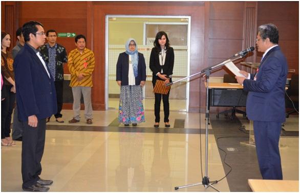 Direktur RS UNAIR  Prof. Dr. Nasronudin, dr., Sp.PD, K-PTI, FINASIM membacakan naskah pelantikan KOMKORDIK RS UNAIR.