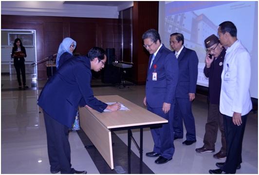Penandataganan berita acara Pelantikan KOMKORDIK RS UNAIR oleh Ketua KOMKORDIK Arif Bachtiar, dr., SpP dan Direktur RS UNAIR Prof. Dr. Nasronudin, dr., Sp.PD, K-PTI, FINASIM.
