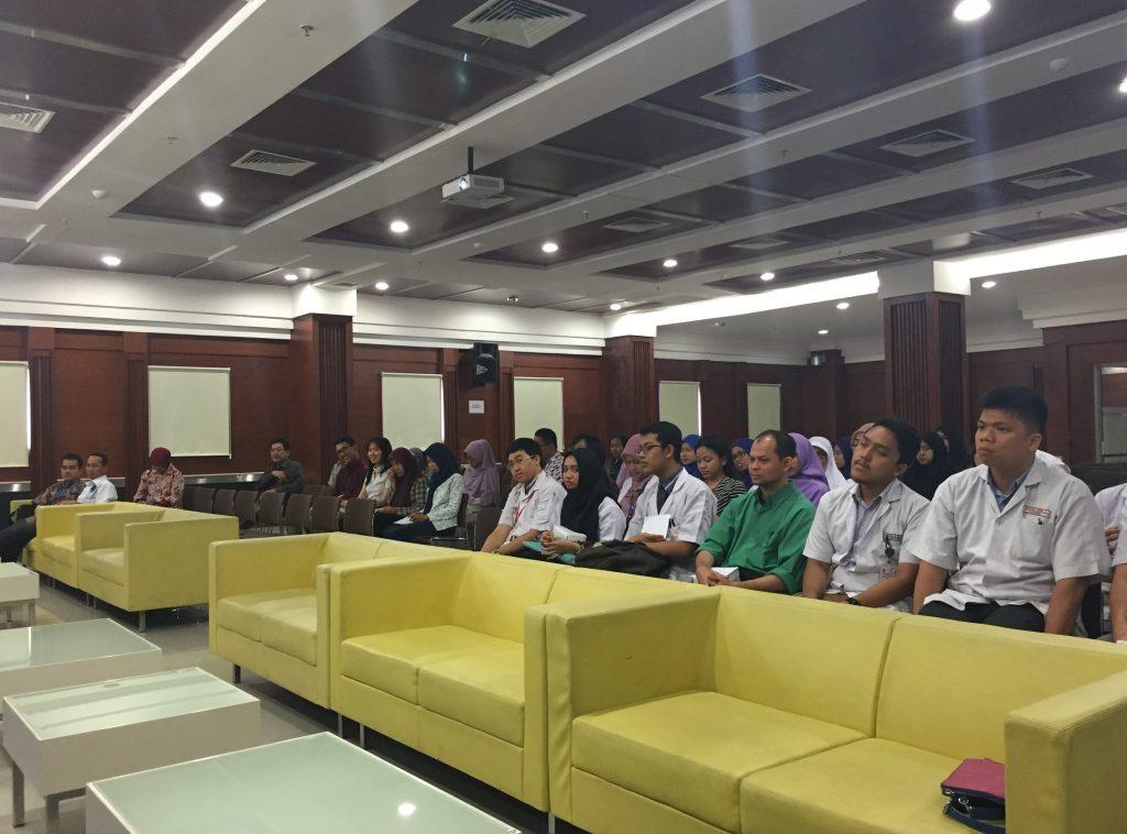 Para mahasiswa dari fakultas kedokteran (DM), farmasi, keperawatan (ners), gizi klinik, kebidanan, psikologi, dan beberapa mahasiswa lain peserta IPHEC didampingi oleh para pembimbing dari masing-masing profesi.