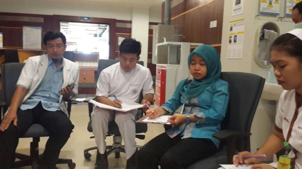 Kegiatan praktek IPHE di ruang rawat inap RS UNAIR