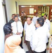 Melihat pelayanan kesehatan Stem Cell kepada pasien, Bapak Menteri Ristek-Dikti mengunjungi RS Universitas Airlangga