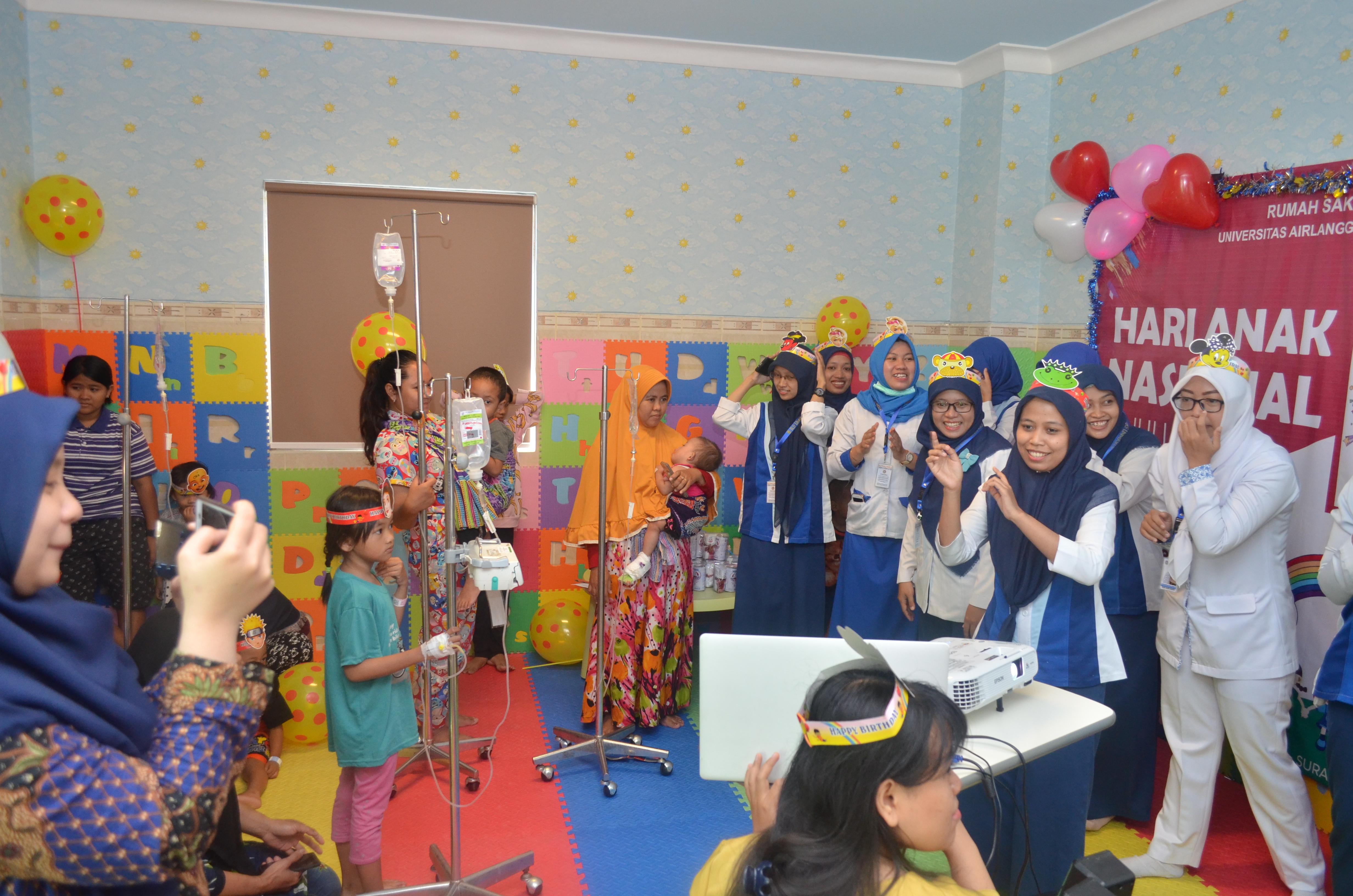Terapi bermain pasien anak RS UNAIR di Hari Anak Nasional 2018 | RS UNAIR